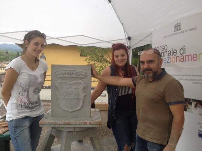 Lo stemma di Greve in Chianti realizzato dagli studenti fiorentini con la classica pietra locale