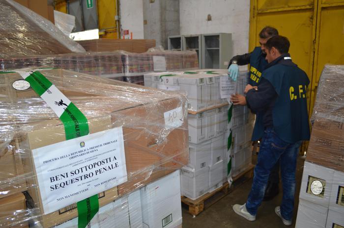 Olio contraffatto, sequestro di 4000 bottiglie a Siena
